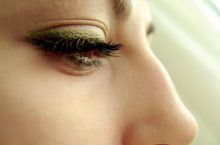 Cómo corregir bolsas y ojeras con maquillaje